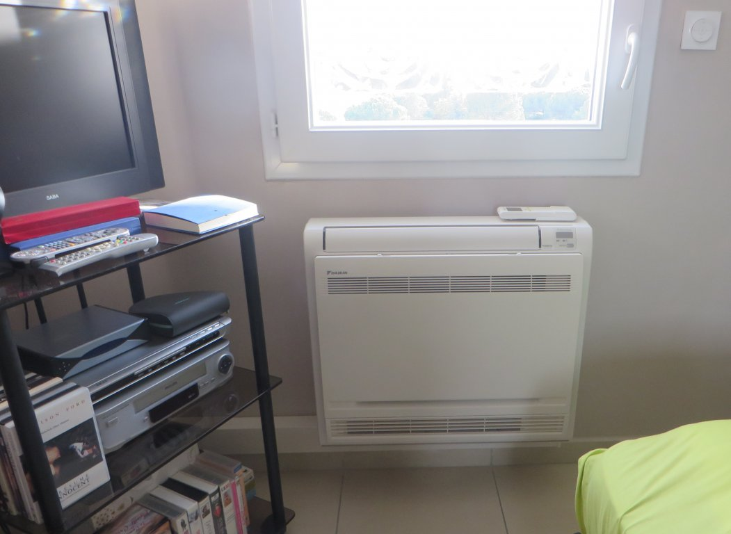 installation climatisation r versible daikin multisplit dans un appartement au lavandou 83. Black Bedroom Furniture Sets. Home Design Ideas