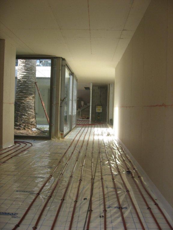 Installateur plancher chauffant et gainable dans une maison de standing la capte hy res for Plancher chauffant rehau